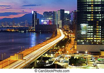 moderno, ciudad, paso superior, por la noche