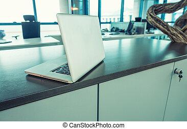 moderno, computador portatil, en, un, moderno, oficina, escritorio