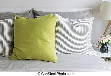 moderno, cuscino verde, letto, camera letto