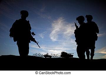 moderno, día, soldados, en, medio oriente, silueta, contra, cielo de puesta de sol, con, vehículos, en, plano de fondo