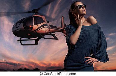 moderno, dama, llevar lentes de sol, con, helicóptero, en,...