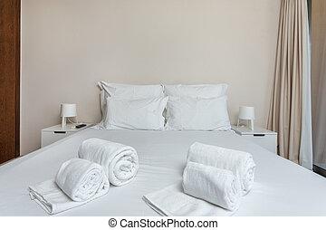 moderno, dormitorio, con, un, cama, y, towels.