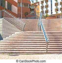moderno, escaleras, primero, a, edificio de oficinas