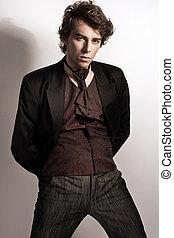 moderno, hombre, posar, en, elegante, ropa
