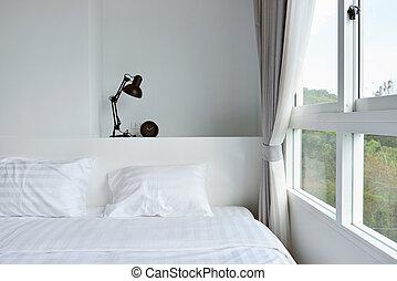 moderno, lámpara, en, de madera, nightstand, en, blanco, moderno, dormitorio, diseño de interiores