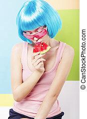 moderno, mujer, en, azul, peluca, y, ping, anteojos, sandías comestibles