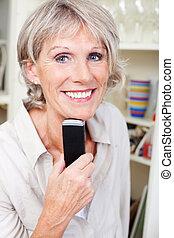 moderno, mujer mayor, tenencia, un, móvil