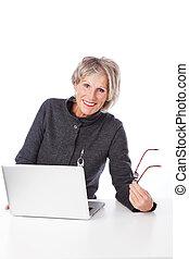 moderno, mujer mayor, utilizar, un, computadora de computadora portátil