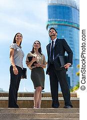 moderno, negocio de la ciudad, mujer hombre, equipo, mirar hacia arriba