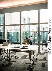 moderno, oficina vacía, con, transparente, vidrio, paredes, hacia, terraza