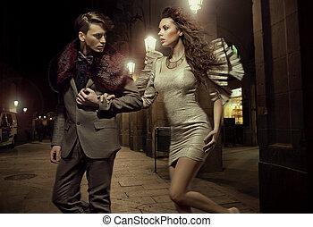 moderno, pareja, en, nightly, caminata