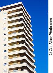 moderno, rascacielos, en, blanco, en, cielo azul, perspectiva