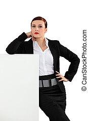 modieus, businesswoman, met, een, plank, links, leeg, voor, jouw, boodschap