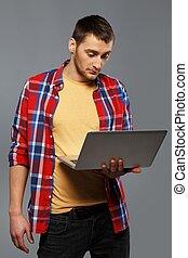 modieus, draagbare computer, jonge man