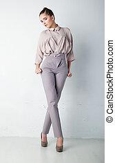 modieus, jonge vrouw , in, broek, en, hemd, het poseren