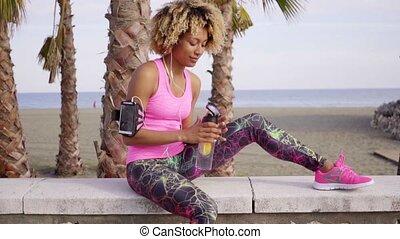 modieus, slanke, jonge vrouw , drinkwater