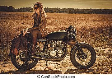modieus, vrouw, op, de, ouderwetse , gewoonte, koffiehuis, racer, in, een, field.