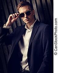 modifié tonalité, mode, business, arrière-plan., bois, poser, complet, élégant, lunettes, studio, portrait, branché, closeup, homme, couleur, noir
