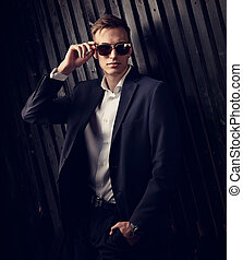 modifié tonalité, mode, business, arrière-plan., bois, poser, complet, élégant, lunettes, studio, portrait, branché, closeup, homme, noir
