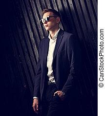 modifié tonalité, mode, business, arrière-plan., bois, vendange, poser, complet, élégant, lunettes, studio, portrait, branché, closeup, homme, noir