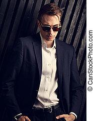 modifié tonalité, mode, business, bois, poser, complet, arrière-plan., lunettes, studio, portrait, branché, closeup, homme, noir