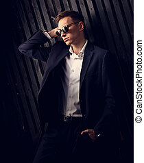 modifié tonalité, mode, chemise, business, arrière-plan., bois, poser, complet, élégant, lunettes, studio, portrait, branché, closeup, blanc, homme, noir