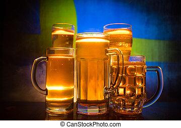 modifié tonalité, pays, concept., soutien, lunettes bière, créatif, sombre, drapeau, sweden., fond, table, brumeux, brouillé, ton, vue
