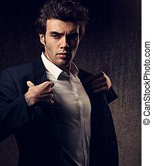 modifié tonalité, style, mode, ombre, chemise, modèle, regarder, arrière-plan., sexy, poser, tenue, complet, sombre, closeup, blanc mâle, portrait., charismatic, énergique