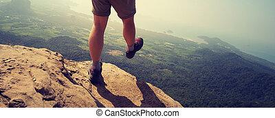 modig, kvinna, vandrare, vandrande, på, klippa, maka, topp, av, fjäll