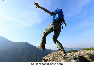 modig, kvinna, vandrare, vandrande, till, den, klippa, maka, på, fjäll toppa