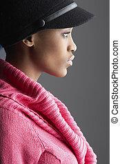 modisch, junge frau, tragen, kappe, und, strickwaren, in, studio