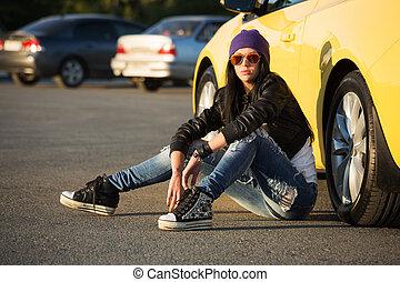 modisch, punker, frau sitzen, auf, der, auto, parken