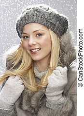 modisch, teenagermädchen, tragen, kappe, und, fellmantel, in, studio, mit, schnee