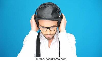 modny, człowiek przy kapeluszu, i, słuchawki