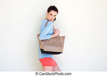 modny, młoda kobieta, dzierżawa, portmonetka, przeciw, biała ściana