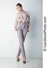 modny, młoda kobieta, w, spodnie, i, koszula, przedstawianie