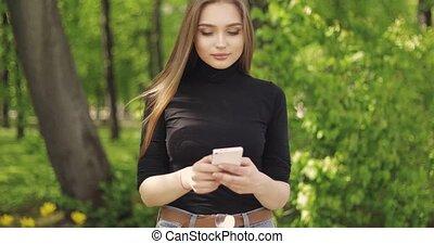modny, zewnątrz, smartphone, samica