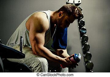 moe, bodybuilder, atleet, met, proteïne, shaker, en, baddoek, in, gym