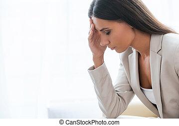 moe, en, terneergeslagen, businesswoman., zijaanzicht, van, terneergeslagen, jonge, businesswoman, in, kostuum, aandoenlijk, hoofd, met, hand, en, het behouden, ogen gesloten, terwijl, zittende , op, de, stoel
