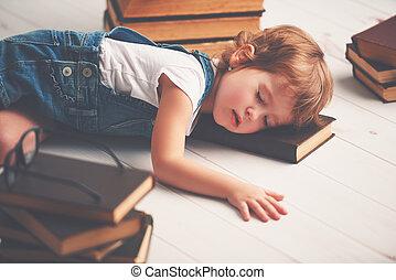 moe, klein meisje, vellen, slapend, voor, boekjes