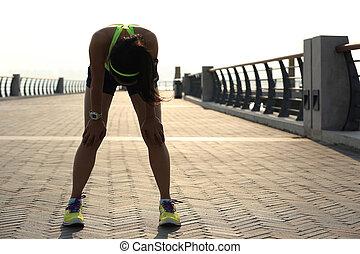 moe, vrouw, loper, boeiend, een, rusten, na, rennende , hard, op, zonneschijn, kust