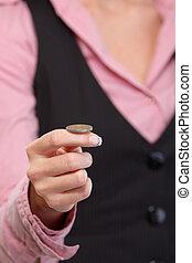 moeda, closeup, mão feminina