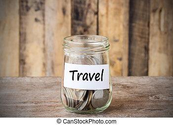 moedas, em, vidro, jarro dinheiro, com, viagem, etiqueta, financeiro, concept.