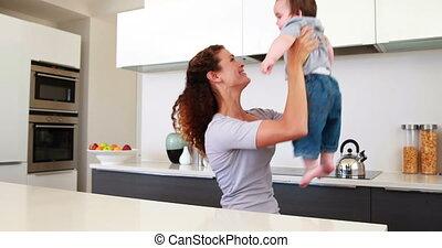moeder, baby jongen, spelend, vrolijke