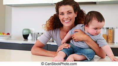 moeder, baby, vrolijke , zittende , haar