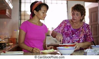 moeder, dochter, maaltijd, samen, het bereiden