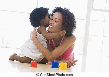 moeder en dochter, binnen, kussende , en, het glimlachen