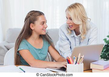 moeder en dochter, gebruik, een, computer