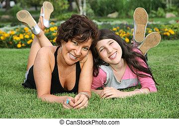 moeder en dochter, leugen, op het gras, en, glimlachen
