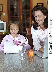 moeder en dochter, met, draagbare computer